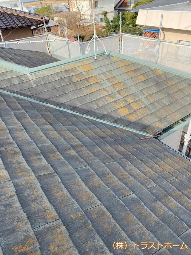 スレート材が破損していたH様邸 屋根材が破損しかけていると、その部分から雨水が侵入し雨漏りを引き起こす原因となります。 放置しておくと、さらに破損部分が広がるので早めにメンテナンスが必要です。  屋根全体にコケ・藻が発生しているN様邸 棟板金は錆びた状態になり、スレート材にはぎっしりコケや藻が発生しています。 防水性も低下し、このまま放置すると雨漏りの危険性がありました。 スレート屋根劣化  施工前  筑紫野市 中川様 屋根塗装  施工中  施工前  屋根全体にコケ・藻が発生しているN様邸 棟板金は錆びた状態になり、スレート材にはぎっしりコケや藻が発生しています。 防水性も低下し、このまま放置すると雨漏りの危険性がありました。 スレート屋根劣化  施工前  筑紫野市 中川様 屋根塗装  施工中  施工中