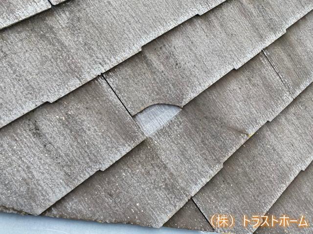 屋根全体にコケ・藻が発生しているN様邸 棟板金は錆びた状態になり、スレート材にはぎっしりコケや藻が発生しています。 防水性も低下し、このまま放置すると雨漏りの危険性がありました。 スレート屋根劣化  施工前  筑紫野市 中川様 屋根塗装  施工中