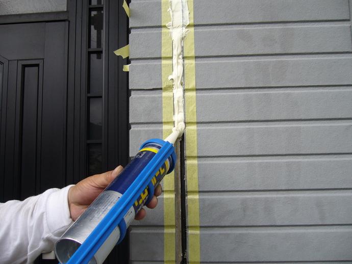 福岡市城南区サイディング外壁継ぎ目のひび割れ補修後に塗装施工の施工前画像